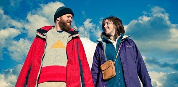 Dans Touristes, Tina et Chris essaient d'être ensemble pour ne pas être seuls. Mais quand le chacun pour soi est devenu une règle de vie, il est bien difficile d'accepter l'autre.