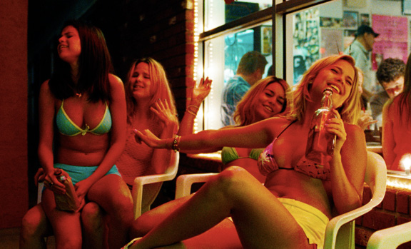 Les adolescentes chantent innocemment dans des bouteilles d'alcool