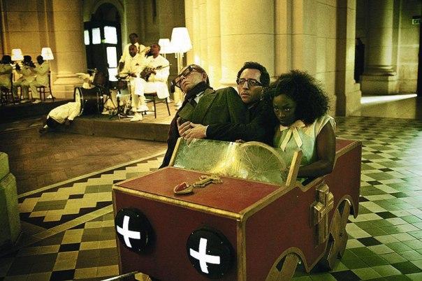 L'amitié est pervertie par le réalisateur : dans l'église, Alise veut coiffer Chloé sur le poteau et se marier à sa place.