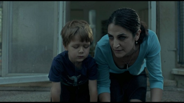 Elle essaie de lui expliquer le particularité du regard d'un enfant, d'un adulte, d'un chien